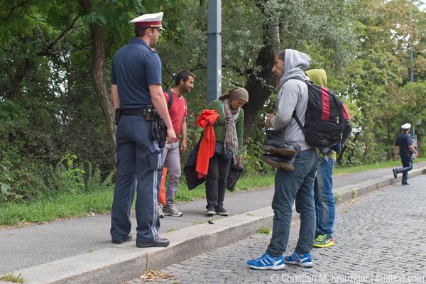 Knapp hundert Meter vor der Kontrolle tauchen plötzlich drei Männer und eine Frau auf, die sichtlich müde und erkennbar Asylwerber sind. Sie sind, so erzählen sie den Polizeibeamten, mit dem Taxi aus Ungarn gekommen und hier ausgestiegen.